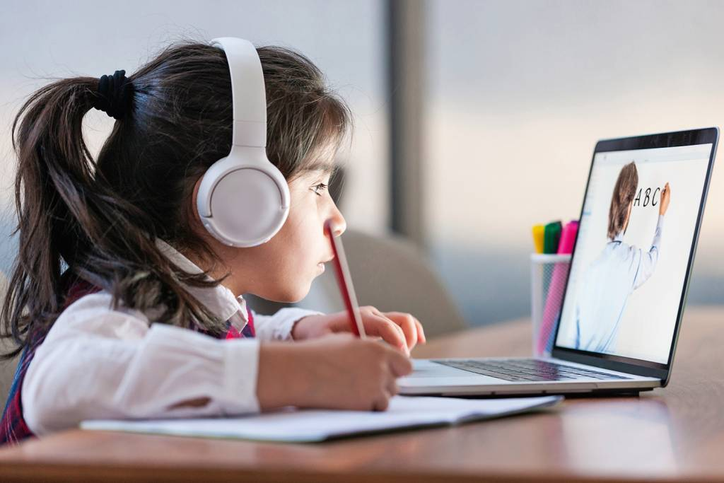 Projeto do homeschooling prevê currículo nacional e barra pais criminosos